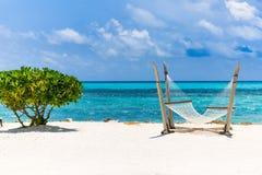 惊人的海滩在马尔代夫 蓝天云彩和松弛海景 免版税库存图片