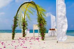 惊人的海滩婚礼地点在马尔代夫,夏天旅行婚礼概念 库存照片