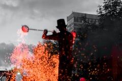 惊人的火显示在晚上 主要骗子剪影有火工作的 火表现,不可思议的概念舞蹈  库存照片
