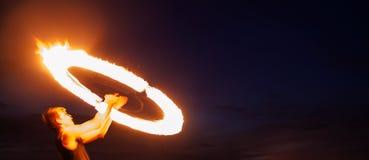 惊人的火显示在晚上 免版税库存图片