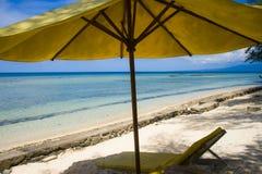 惊人的热带天堂海滩美好的海洋风景视图与白色沙子的和惊人的绿松石上色海水和yello 免版税库存照片