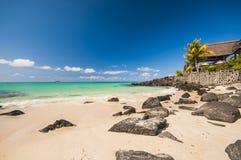 惊人的热带海岛视图-绿松石水和白色沙子靠岸 免版税库存图片