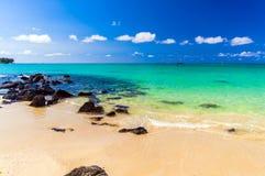 惊人的热带海岛视图-绿松石水和白色沙子靠岸 库存照片