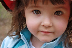 惊人的特写镜头有棕色眼睛的小女孩 库存图片