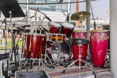 惊人的特写镜头详述了鼓成套工具被设定的身分看法在音乐会露天舞台的 免版税图库摄影