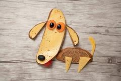 惊人的狗在船上由面包和乳酪制成 免版税库存照片
