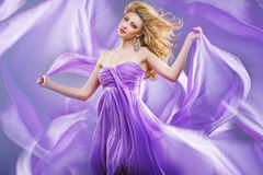 惊人的金发碧眼的女人喜欢紫色公主 免版税图库摄影