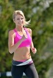 惊人的白肤金发的妇女-健身模型 免版税图库摄影