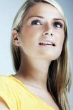 惊人的白肤金发的妇女 免版税图库摄影