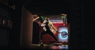 惊人的白色夹克跳舞的芭蕾舞蹈艺术专业舞蹈家在夜总会的酒吧喝香槟和 影视素材
