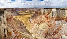 惊人的白色镶边砂岩在煤矿峡谷不祥在风琴城市,亚利桑那附近 图库摄影