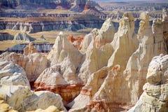 惊人的白色镶边砂岩在煤矿峡谷不祥在风琴城市,亚利桑那附近 免版税库存照片