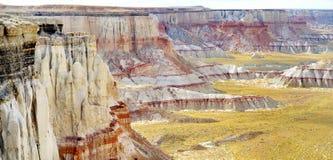 惊人的白色镶边砂岩在煤矿峡谷不祥在风琴城市,亚利桑那附近 库存图片