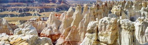 惊人的白色镶边砂岩在煤矿峡谷不祥在风琴城市,亚利桑那附近 免版税库存图片