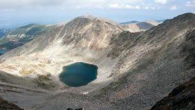 惊人的看法向Ledenoto从穆萨拉峰峰顶, Rila山的Ice湖 免版税图库摄影