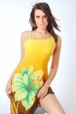 惊人的礼服女孩夏天黄色 免版税库存照片