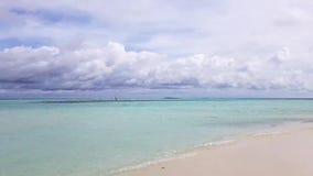 惊人的秀丽白色沙子海滩、绿松石水和蓝天有白色云彩视图 马尔代夫 时间间隔 影视素材