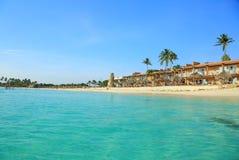 惊人的秀丽白色沙子海滩阿鲁巴岛 绿松石海水和蓝天 库存照片