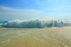 惊人的秀丽白色沙子海滩阿鲁巴岛 绿松石海水和蓝天 免版税库存照片