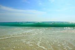 惊人的秀丽白色沙子海滩阿鲁巴岛 绿松石海水和蓝天 免版税库存图片
