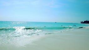 惊人的秀丽白色沙子海滩阿鲁巴岛 绿松石海水和蓝天 股票视频