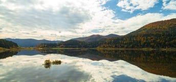 惊人的秋天颜色空中寄生虫视图在湖的 Cerknisko湖,斯洛文尼亚 免版税库存照片