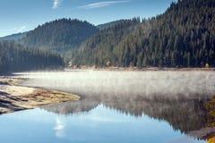 惊人的秋天Golyam Beglik水库, Rhodopes山 库存图片