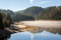惊人的秋天Golyam Beglik水库, Rhodopes山 免版税图库摄影
