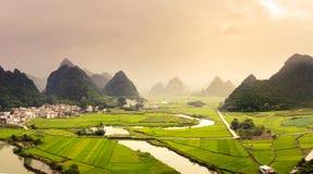 惊人的米领域和石灰岩地区常见的地形形成风景在赞成广西 免版税图库摄影