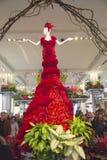惊人的红色的14英尺高夫人是著名梅西百货公司花展的中心部分 免版税库存照片