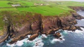 惊人的绿色幽谷半岛和蓝色海洋在爱尔兰的西海岸浇灌 股票视频