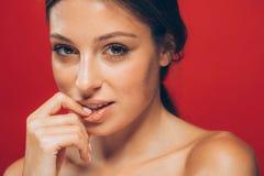 惊人的美丽的妇女画象感人的嘴唇 免版税库存图片