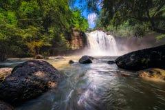 惊人的美丽的瀑布在深森林里 免版税库存照片