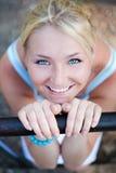 惊人的美丽的金发碧眼的女人注视可&# 免版税库存照片