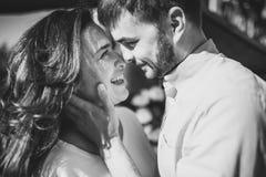 惊人的肉欲的outdoorblack和年轻时髦的时尚夫妇白色画象在爱的 妇女和人拥抱并且要亲吻 库存照片