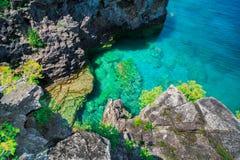 惊人的自然岩石,在平静的天蓝色的清楚的水上的峭壁视图在美丽,邀请的布鲁斯半岛,安大略 免版税库存照片