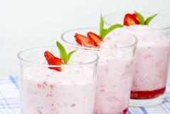 惊人的草莓奶油甜点 免版税库存图片