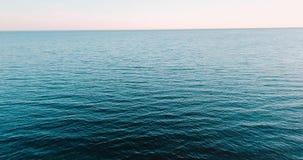 惊人的蓝色海洋和波浪 夏天周末或假期 艺术性的详细埃菲尔框架法国水平的金属巴黎仿造显示剪影塔视图的射击 俄国风景背景 海湾  股票视频