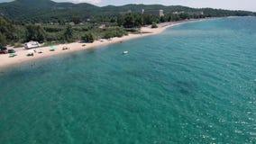 惊人的蓝色海滩鸟瞰图在小山下的在Halkidiki希腊区域,由寄生虫调低今后和 股票录像