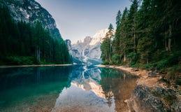 惊人的观点的Lago di Braies 免版税库存图片