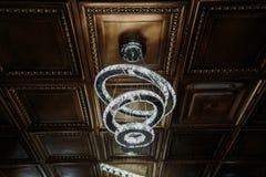 惊人的豪华美好的天花板螺旋在黑褐色装饰瓦片点燃 免版税库存照片
