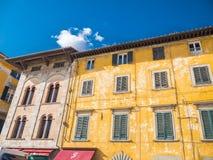 惊人的豪宅在市比萨-美丽的房子门面-比萨意大利- 2017年9月13日 库存照片