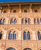 惊人的豪宅在市比萨-美丽的房子门面 免版税库存照片