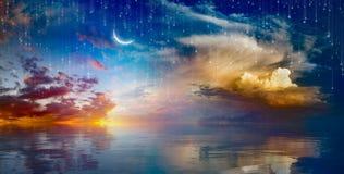 惊人的超现实的背景-上升在海上的新月形月亮 图库摄影