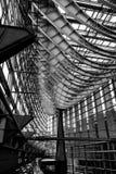 惊人的钢和玻璃象船身的屋顶@东京国际论坛 免版税库存照片