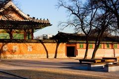 惊人的韩文淡桔色的日落寺庙 图库摄影