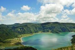 惊人的风景视图火山口火山湖在圣地亚速尔群岛的米格尔海岛在葡萄牙在绿松石颜色水中 库存图片