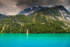 惊人的高山湖和有雾的山, Konigsee,贝希特斯加登,德国,欧洲 免版税图库摄影