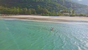 惊人的鸟瞰图沉寂天蓝色的海洋和美丽的海滩 股票视频