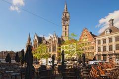 惊人的麦子市场荷兰语:Korenmarkt 老邮局塔背景的 图库摄影